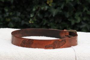 leer leatherart broekriem tuigleer fretten carven toolen geverfd antique stain